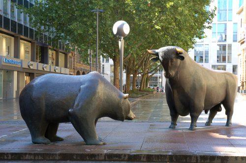 """O touro e o urso, símbolos do mercado financeiro, em frente à Bolsa de Frankfurt, na Alemanha. """"Bull market"""" significa tendência de alta; """"bear market"""", que as ações estão em queda. Crédito da foto: Eva Kröcher."""